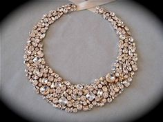collier plastron avec des pierres étincellantes