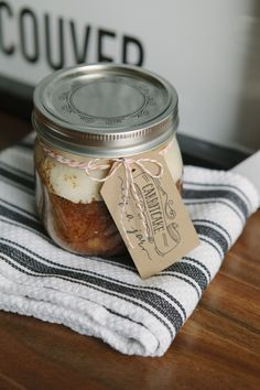 Check out this super delicious carrot cake recipe that's oh-so-very-prettily packaged in a jar! What more can you ask for?