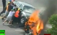 Police & bystander to the rescue of man trapped under a burning Small Acts Of Kindness, Human Kindness, Ecuador, Powerful Pictures, Lifted Cars, Girls Camp, Car And Driver, Faith In Humanity, Good People