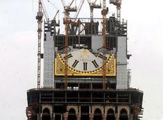 Op de Abraj Al Bait-toren zijn 4 wijzerplaten zichtbaar van zo'n 25 kilometer afstand. Alle vier de wijzerplaten (elke kant van het gebouw één) hebben een diameter van 46 meter. De wijzer voor de minuten is 22 meter lang en de wijzer voor de uren is 17 meter lang.