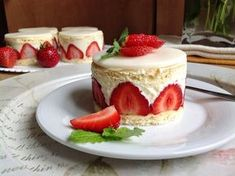 Jahodové dortíky / Strawberry mini cakes - My site Mini Cakes, Asian, Food Hacks, Baked Goods, Sweet Recipes, Cheesecake, Goodies, Strawberry, Food And Drink