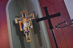 Ikona krzyża w dominikańskim kościele św. Jacka w Rzeszowie, fot. Marcin Mituś #rzeszów #dominikanie #krzyż #cierpienie #wnętrze #świątynia #kościół Ikon, Wind Chimes, Door Handles, Outdoor Decor, Home Decor, Armadillo, Door Knobs, Decoration Home, Room Decor
