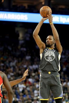 Golden State Warriors' Kevin Durant (35) makes a shot against the New Orleans Pelicans in the first half of an NBA game at Oracle Arena in Oakland, Calif., on Saturday, April 7, 2018. (Ray Chavez/Bay Area News Group)