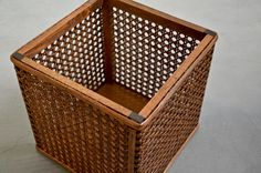 Throwing things away barely looked so good. From trash to mesh. Diy Pallet Furniture, Bamboo Products, Workshop, Basket, Artwork, Coffee, House, Home Decor, Design History