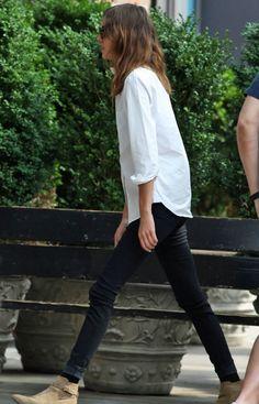 ブラックデニムにメンズライクな白シャツという極シンプルなスタイルが決まってしまうのもアレクサならでは。ベージュのアンクルブーツで抜け感をプラスして。         Photo:INFPHOTO/AFLO