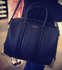 look into this designer's bags: Givenchy Bag Beautiful Handbags, Beautiful Bags, Sacs Design, Chanel, Mk Bags, Cute Purses, Purses And Handbags, Fashion Bags, Leather Backpack