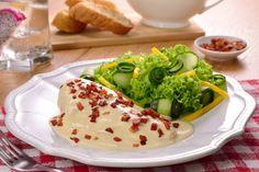 Prueba esta deliciosa receta de pollo en salsa de queso, que despertará tus sentidos. Jugosa pechuga de pollo asada cubierta con una cremosa salsa de queso crema y manchego, con un toque picosito, decorada con crocante tocino. ¡Te fascinará!
