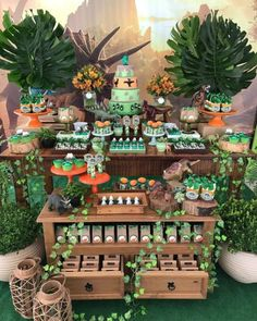 decoracion jurassic world para fiesta - Ideas Bonitas Para Safari Party, Safari Theme Birthday, Birthday Party At Park, Dinosaur Birthday Cakes, Birthday Party Decorations, Festa Jurassic Park, Dragon Party, Partys, Baby Party