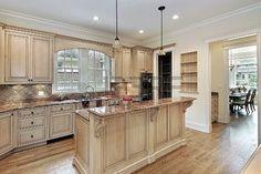 Cucina in casa con due livelli di isola di nuova costruzione