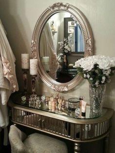 10) On adore cette version avec le miroir qui fait très loge de célébrité. 11) Un petit coin de mur suffit à caser un meuble fin et tout le nécessaire. Une fois le maquillage fini, on accroche la chaise au mur pour qu'elle ne soit plus dans le passage. 12) Cette coiffeuse vintage et brillante …