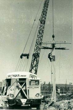 הקמת הרכבל בגני התערוכה, צילום מתחילת שנות ה-60.  The construction of the cable car at the Exhibition Grounds in Tel Aviv (Ganéy HaTa'arukhá), early 60's