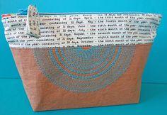Diese coole, bestickte Einkaufstasche mit Reissverschluss ist rasch genäht. Ausführliche Nähanleitung mit Freebie-Stickmuster und Schablone.