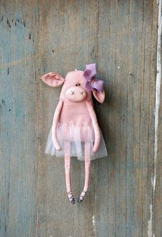 Sewing Toys Prymitywne Pig pierwotny Rag Doll baleriny ozdoby pierwotny - This cute little piggy ballerina has been sewn of 100% cotton and filled with polyester fiber fill. She has been stained with coffee and cinnamon and painted with acrylics. She has beads for eyes. She has a loop behind for hanging. She is wearing a purple tutu skirt and a bow made of hand dyed cotton fabric. Her clothes are not removable. You are not gonna receive the same piggy from the picture but the pig is gonna be…