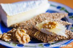 Hjemmelaget knekkebrød er utrolig populært! Lett å lage, og smaker utrolig godt sammen med ost!