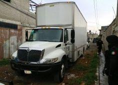 Roban camión lleno de electrodomésticos; secuestran a chofer y policías en Edomex