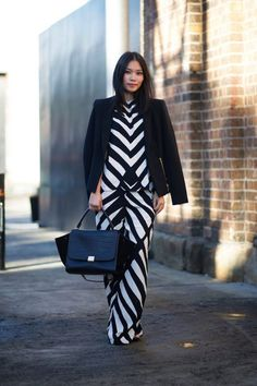 Anzug in geometrischem Muster und schwarzes Blazer