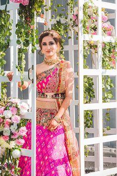 Mehendi Outfits, Indian Bridal Outfits, Indian Designer Outfits, Indian Dresses, Bridal Looks, Bridal Style, Simple Elegant Wedding, Designer Bridal Lehenga, Pink Lehenga