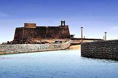 Castillo San Gabriel In 1571 werd Arrecife volledig geplunderd door de beruchte zeepiraat Dogan. Enkel jaren daarna begon men met de bouw van Castillo de San Gabriel op het klein eiland Islote de Fermina. Dit moest de haven bescherming bieden tegen de piraterij. Maar in 1586 werd deze door piraten verwoest.  In het Castillo de San Gabriel is nu het Archeologisch Museum van Lanzarote gevestigd. Hier worden de vondsten uit het Oud-Canarische tijdperk tentoongesteld.