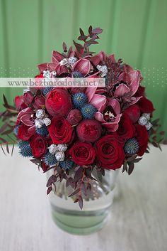 Свадебный букет цвета марсала из пионовидных роз и орхидей с синими эрингиумами