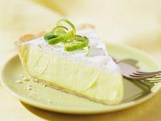 """Das Rezept für Key Lime Pie stammt ursprünglich aus Florida, genauer gesagt: von den Key-Inseln, dem südlichsten Punkt der USA. Mit wenigen Zutaten, wie frischen Limetten und Büchsenmilch, können Sie den fruchtig-cremigen Kuchen ruckzuck auch im heimischen Ofen backen und anschließend genießen. Einfach """"delicious""""!"""