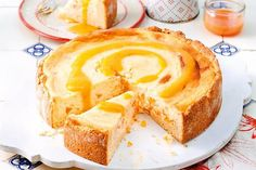 Kalorienarmer Käsekuchen Yes, this cake is actually low in calories. Try our recipe for a delicious cheesecake with low calories. Low Calorie Cheesecake, Pecan Pie Cheesecake, Low Calorie Desserts, Candy Recipes, Pie Recipes, Baking Recipes, Sweet Recipes, Healthy Cake, Healthy Food