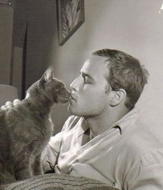 James Dean and Marlon Brando. The real picture is James Dean and Julie Harris. Crazy Cat Lady, Crazy Cats, I Love Cats, Cool Cats, Celebrities With Cats, Celebs, Men With Cats, Animal Gato, Gatos Cats