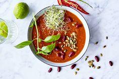 Lempeän tulinen chilikeitto on täydellinen ruoka flunssapotilaalle. Ketchup, Thai Red Curry, Chili, Salsa, Beverages, Food And Drink, Healthy Recipes, Vegan, Ethnic Recipes