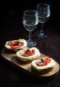 Receta 25: Canapés de queso, tomate y bacon » 1080 recetas de cocina, Simone Ortega. ÑAM.