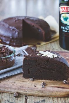 a baileys chocolate cake with a fudgy texture and a baileys infused chocolate ganache on top // baileys schokokuchen mit dunkler schokoladenganache