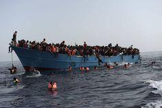 Italia, puerto solidario No solo rescata cada año a 150.000 migrantes, también trata de acoger a los que rechazan Francia y Alemania Migrantes en alta mar esperan a ser rescatados en una operación coordinada por la Marina italiana.