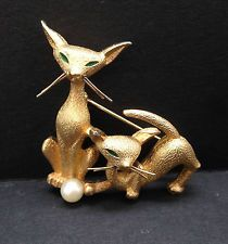 VINTAGE BOUCHER Gold Metal Cultured Pearl Siamese Cat Pin Brooch Signed Numbered