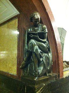 As estações de metrô de Moscou são como museus, ricas com belos lustres, esculturas, afrescos, maravilhosas!