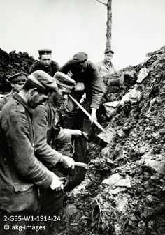 2-G55-W1-1914-24 German soldiers digging a trench, circa 1914 akg-images / Jean-Pierre Verney