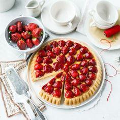 Süße Erdbeeren auf einem Biskuitboden mit Vanillecreme ist der Klassiker im frühen Sommer.