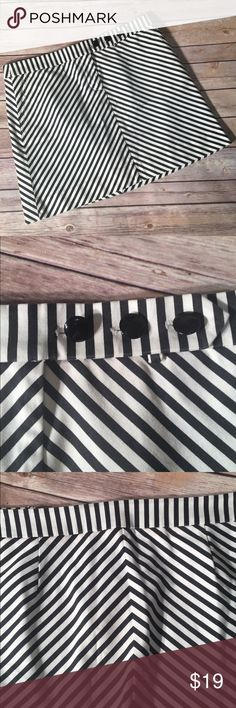 J Crew Black And White Striped Skirt, Size 8 J Crew Black And White Chevron Striped A Line Above Knee Career Skirt, Pleated Back and Side Pockets. Size 8. 97% Cotton, 3% Spandex. Excellent Used Condition. J. Crew Skirts A-Line or Full