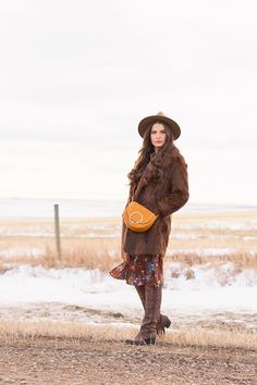 My first TREND GUIDE of Spring 2019 is a free-spirited, transitional take on faux fur, florals, western boots, flat-brimmed hats and Pantone colour trends. Winter Looks, Winter Style, Spring Weather, Spring Summer, Brown Faux Fur Coat, Girl Standing, Bohemian Look, Brunette Girl, Brown Floral