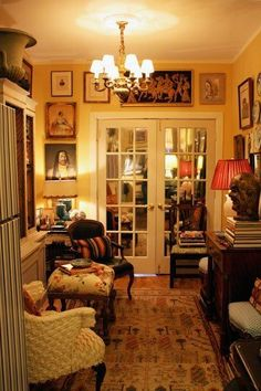 """Miniature country house"" look in a 700 square foot apt--love! (Randal Dawkins - Apartment Therapy) Reminds me of the houses I enjoyed in England English Country Decor, English Cottage Decorating, Modern Country, French Country, English House, English Cottage Style, English Style, Design Seeds, Cottage Interiors"