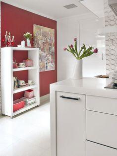 Una pared de color rojo en la cocina