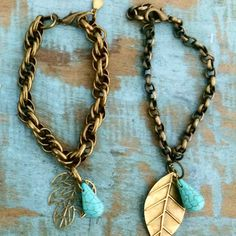 Pulseiras em corrente ouro velho, pingentes folhas e gemstone turquoise.