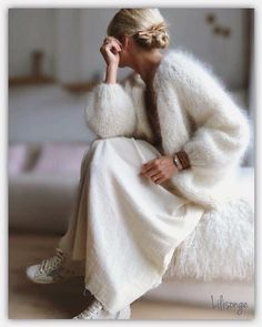 A mohair sweater usually comes in the form of a large, oversized knitted sweater. You can quite easi Knit Fashion, Look Fashion, Winter Fashion, Cardigan Fashion, 80s Fashion, Fashion Spring, Mohair Sweater, Knit Cardigan, White Cardigan Outfit