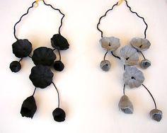 Collier Fleur en papier noir, gris, collier, collier en Cascade, ce bavoir collier, cadeau d'anniversaire. Style contemporain, Floral, Minimal, fait à la main, Made in Italy Noir ou gris ? Choisissez votre collier préféré !!! Un garlad de fleurs moderne, convient pour toutes les