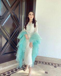 Pakistani Fashion Party Wear, Pakistani Formal Dresses, Pakistani Dress Design, Pakistani Outfits, Stylish Dress Designs, Dress Neck Designs, Stylish Dresses, Fashion Dresses, Designer Party Wear Dresses