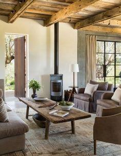 Poêle à bois noir dans petit salon