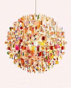 chandelier realizzato con oggetti di scarto e rottami