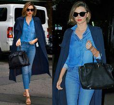 Mais tons de azul!  Miranda fez uma excelente combinação de blusa e calça jeans, com um longo casaco marinho, bolsa preta e sandália marrom. Ela ainda usou batom vermelho, finalizando o look com um lindo contraste fashion!✨ #bluejeans #redlips #fashion #mirandakerr