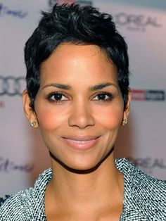 Getting Halle Berry's glowy skin and super-sexy makeup is a cinch. Check out this tutorial to get Halle Berry's metallic makeup look. Halle Berry Pixie, Halle Berry Short Hair, Halle Berry Style, Short Sassy Hair, Short Hair Cuts, Short Hair Styles, Pixie Cuts, Pixie Styles, Ethnic Hairstyles