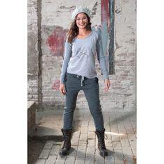 Penn & Ink Print T-shirt met raw edges en gebreide baggy pants. Heerlijke comfy outfit. www.comfystuff