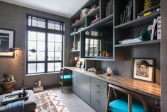home office wandregale holzelemente teppich fernseher