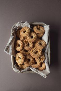Smagsrige vaniljekranse - laves nemt med sprøjtepose - Cathrine Brandt Food Photography Styling, Food Styling, Waffles, Sweets, Cookies, Vanilje, Baking, Breakfast, Bakken