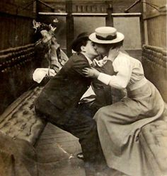 22 Cool Pics That Capture Sweet Kisses of Edwardian Couples ~ vintage everyday Couples Vintage, Vintage Kiss, Photo Vintage, Vintage Romance, Vintage Love, Creepy Vintage, Vintage Style, Rare Pictures, Vintage Pictures